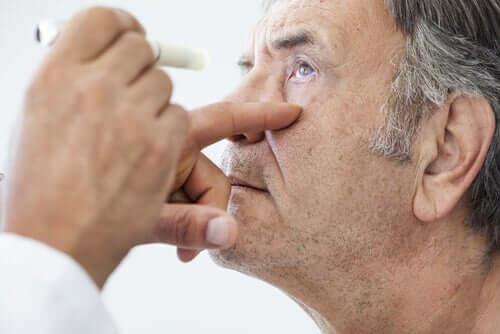 L'examen des yeux d'un homme après une opération de la cataracte.