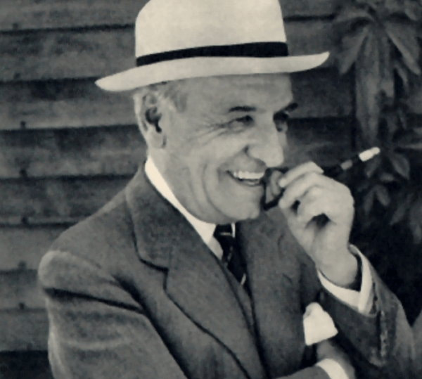 Ortega Gasset, très influent en psychologie, en train de fumer