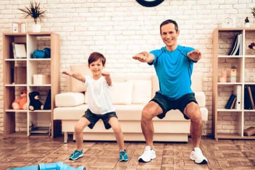 Un père faisant du sport virtuel avec son fils