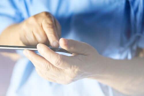 Une personne âgée avec un téléphone portable