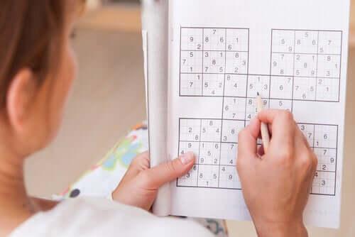 Une personne faisant un sudoku, une forme de neurobique