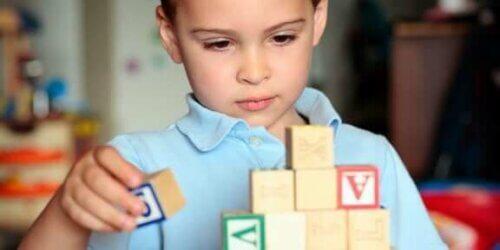 Un petit garçon autiste