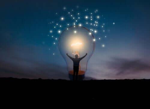 Une ampoule allumée représentant l'intelligence appréciative
