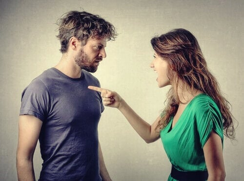 Une femme en train de blâmer un homme.