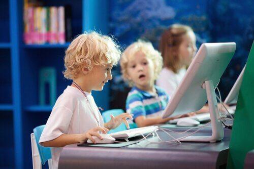 L'apprentissage interactif à l'école sur des ordinateurs