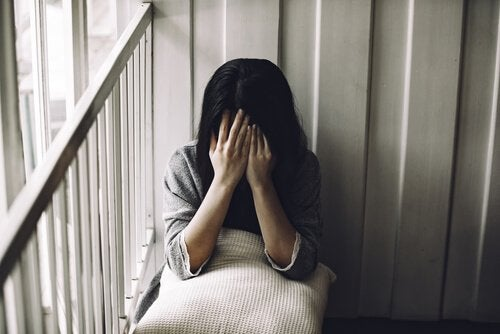 Une femme qui a du mal à demander de l'aide