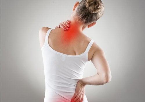 Une femme qui ressent la douleur neuropathique