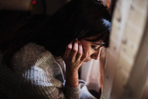 Une femme hypersensible pensant au fait de vivre sans moi