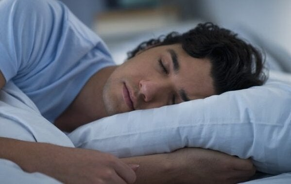Un homme en train de dormir