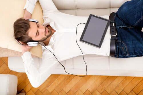 Un homme écoutant de la musique pendant le confinement