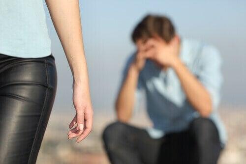Un homme pleurant après une rupture
