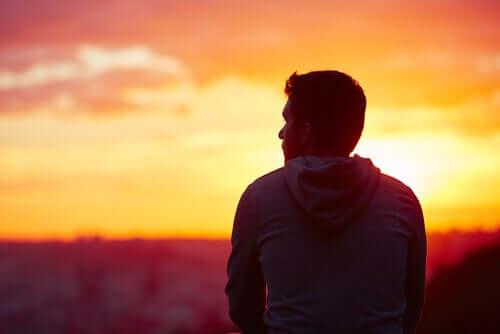 L'acceptation et le renoncement dans les pensées d'un homme qui regarde l'horizon