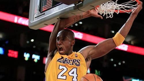 Kobe Bryant mettant un panier
