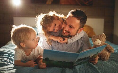 Un père travaillant à la compréhension écrite de ses enfants.