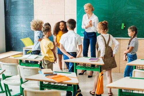 Un professeur avec ses élèves en classe
