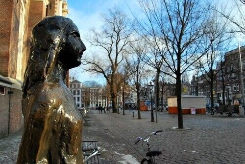 Une statue d'Anne Frank