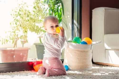 Un bébé qui joue avec des balles