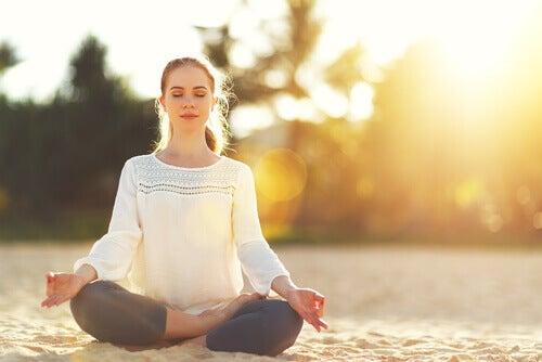 Une femme se concentrant sur les clés du bien-être énumérées par Davidson