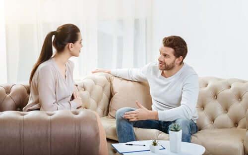 Un couple en train de parler de sexe