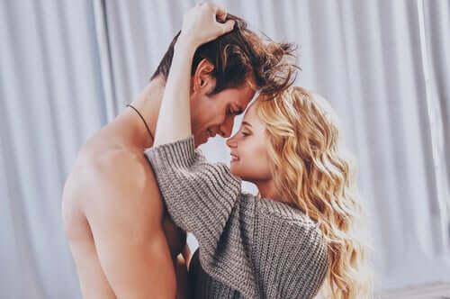 Un couple envahi par le désir érotique