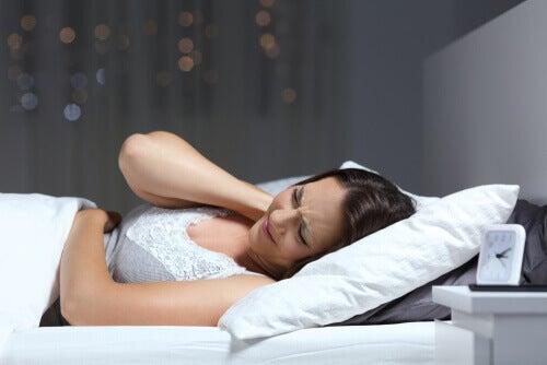 Une femme souffrant de fibromylagie