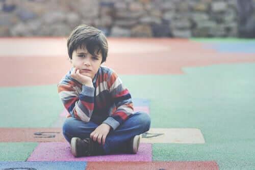 Un enfant assis qui pense