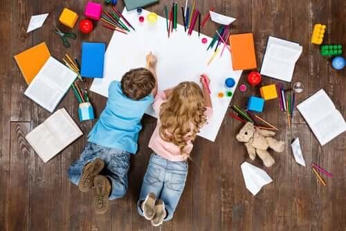 Des enfants faisant des dessins