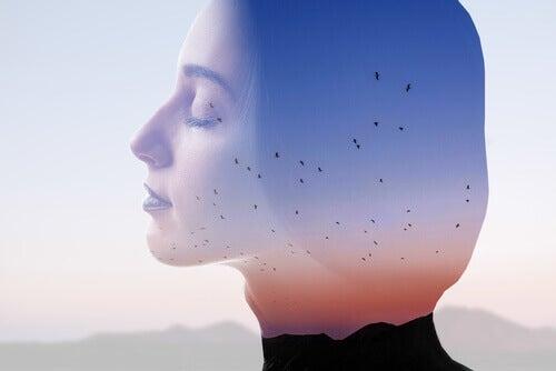 Une femme aux yeux fermés