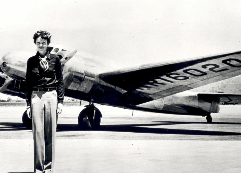 Amelia Earheart devant un avion