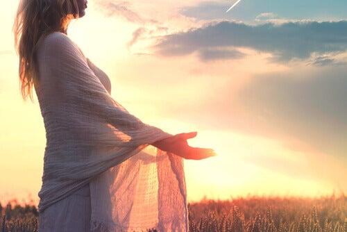 Une femme cherchant l'équilibre émotionnel
