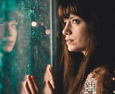 Une femme pensant à ses vides émotionnels