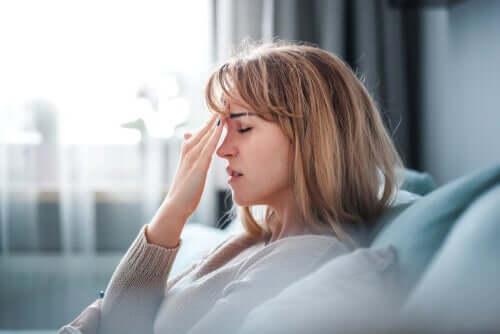 Une femme inquiète par le travail à son compte