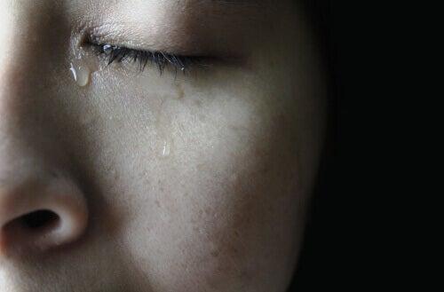 Une femme versant une larme