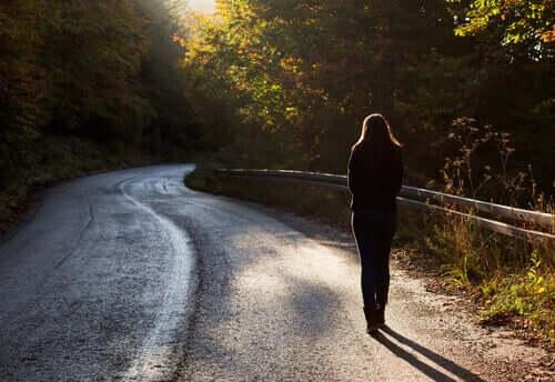 Une femme seule tentant de sortir de la dépendance émotionnelle