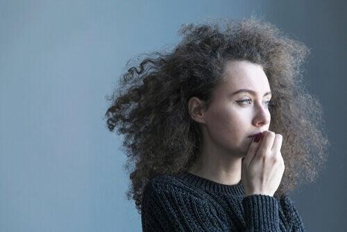 Une femme réfléchissant au contrôle de soi