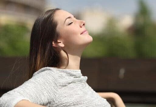 Une femme qui tente de mieux respirer