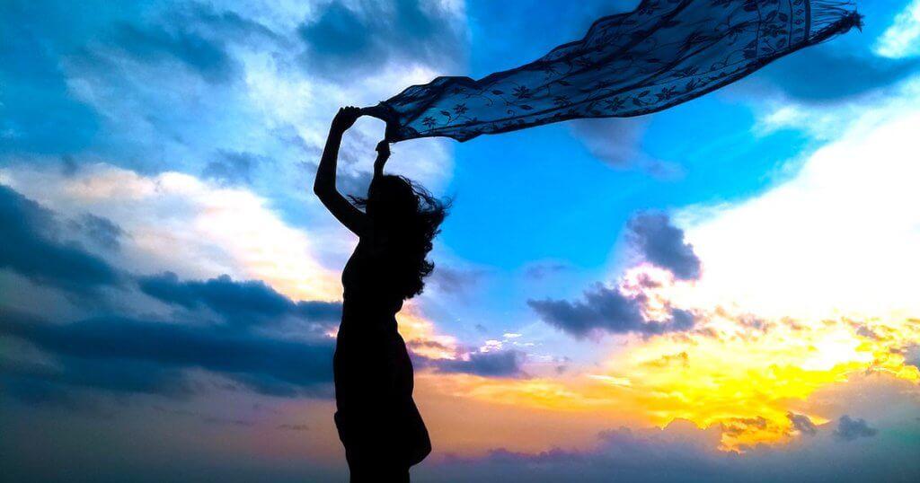 Une femme portant un voile dans le vent