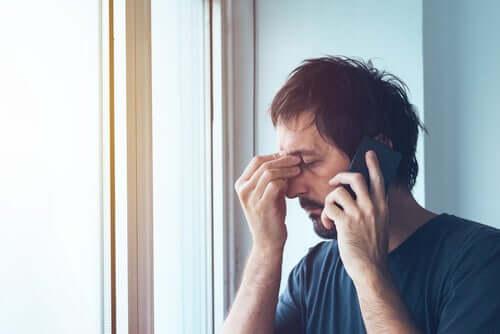 Un homme anxieux au téléphone.