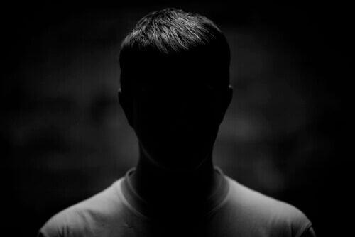 Un homme dans l'ombre