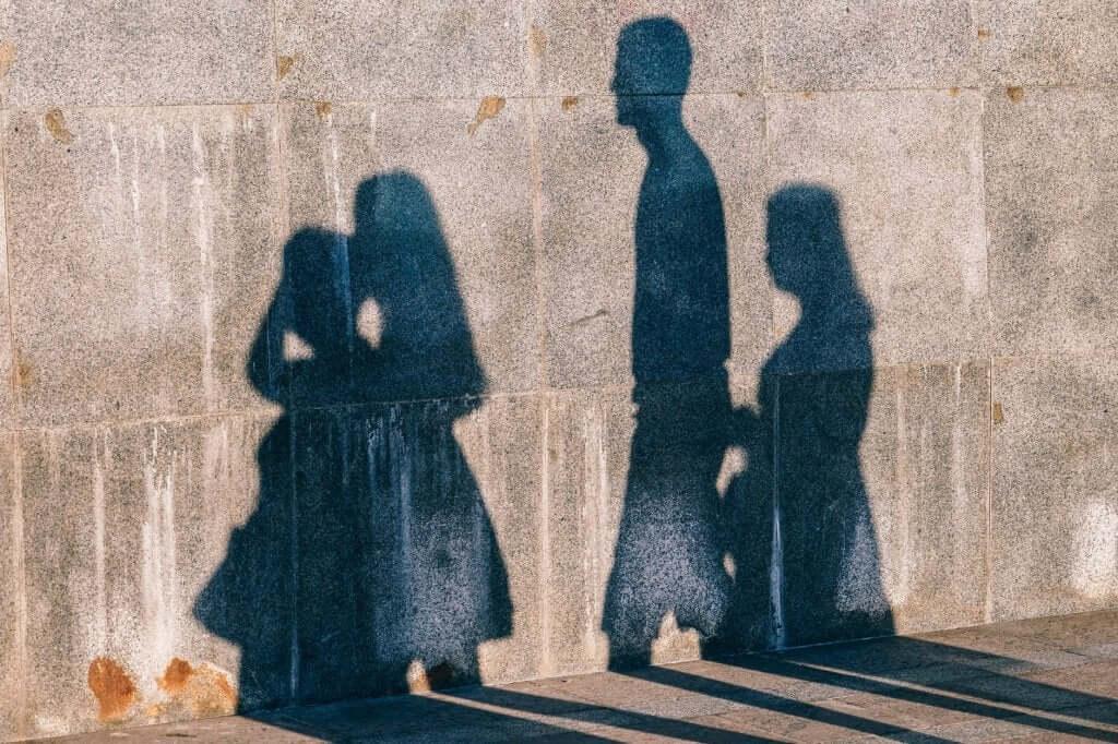 Un mur avec des ombres
