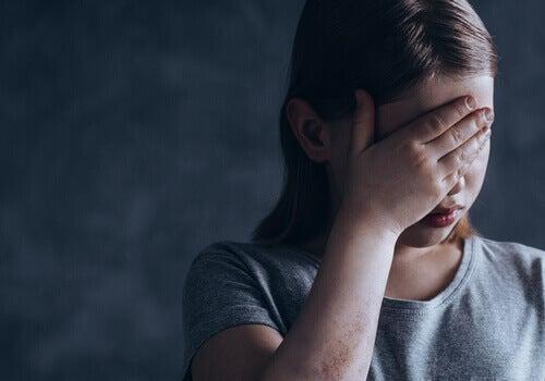 Une petite fille pensant à la garde alternée
