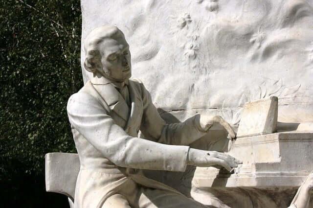 Une statue de Chopin jouant du piano