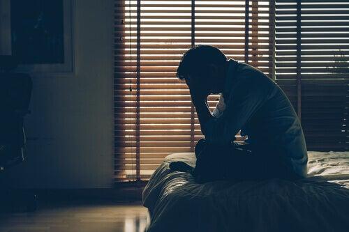 Un homme rongé par le stress économique.