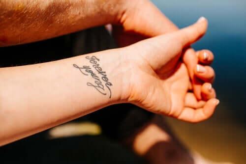 Parmi les plus beaux styles de tatouages, il y a les phrases et autres citations