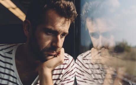 Un homme souffrant du trouble dépressif persistant