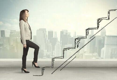 Une femme qui monte des escaliers pour se réinventer
