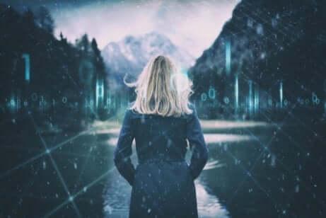 Une femme qui regarde un paysage.