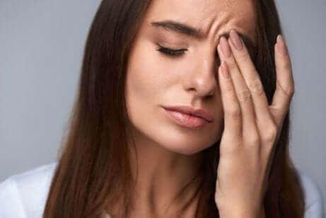 Une femme fatiguée dans un monde stressant