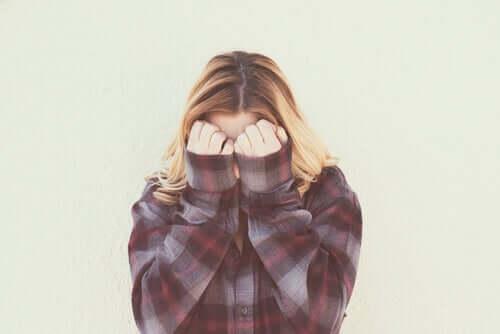 Même si beaucoup confondent timidité et phobie sociale, il ne s'agit pas des mêmes choses.