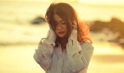 Une femme perturbée à la plage